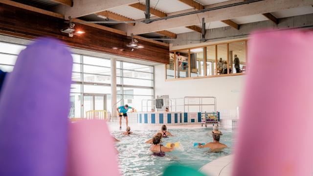 Professeur de sport en train de donner une séance d'aquagym aux Bains de Dieppe