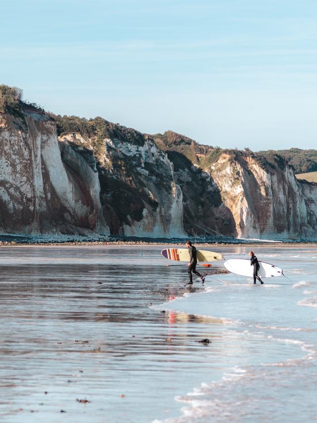 Deux surfeurs sortant de l'eau à la plage de Pourville-sur-Mer