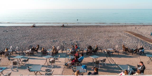 Personnes prenant un verre en terrasse sur la plage de Dieppe