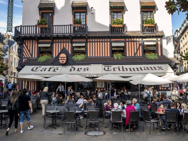 Terrasse pleine de monde du Café des Tribunaux