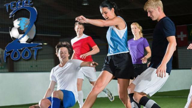 Groupe de 6 jeunes personnes jouant au football en intérieur