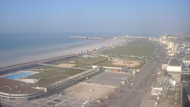 Panorama sur le front de mer : pelouses et plages