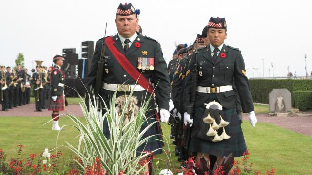 Soldats lors des commémorations du 19 août 1942 au square du Canada à Dieppe