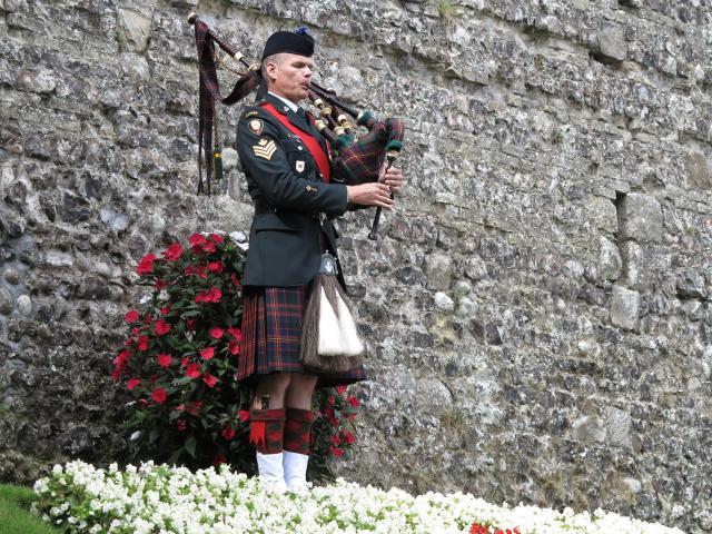Soldat écossais jouant de la cornemuse dans le square des canadiens lors des commémorations du 19 août 1942