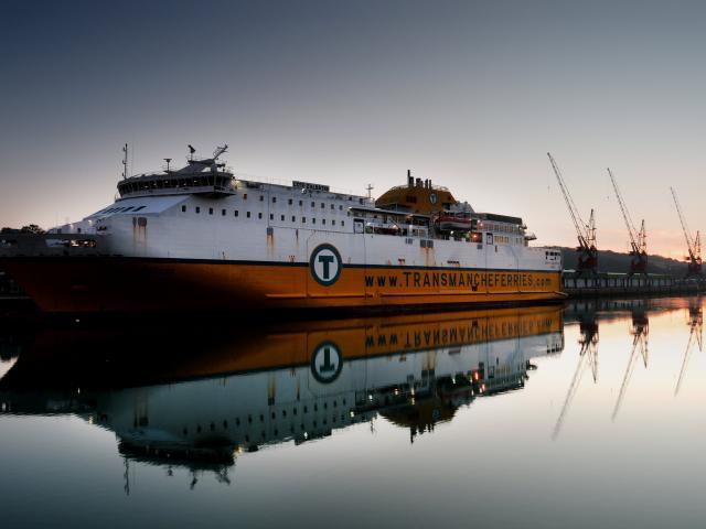 Ferry dans le port transmanche de Dieppe au coucher du soleil
