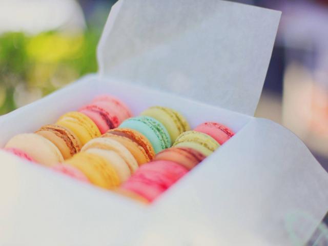 Macarons de toutes les couleurs dans une boîte blanches