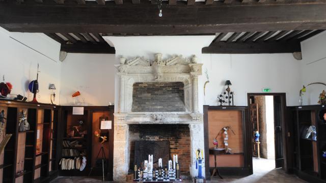 Intérieur du Manoir d'Ango, cheminée ouvragée en pierre blanche