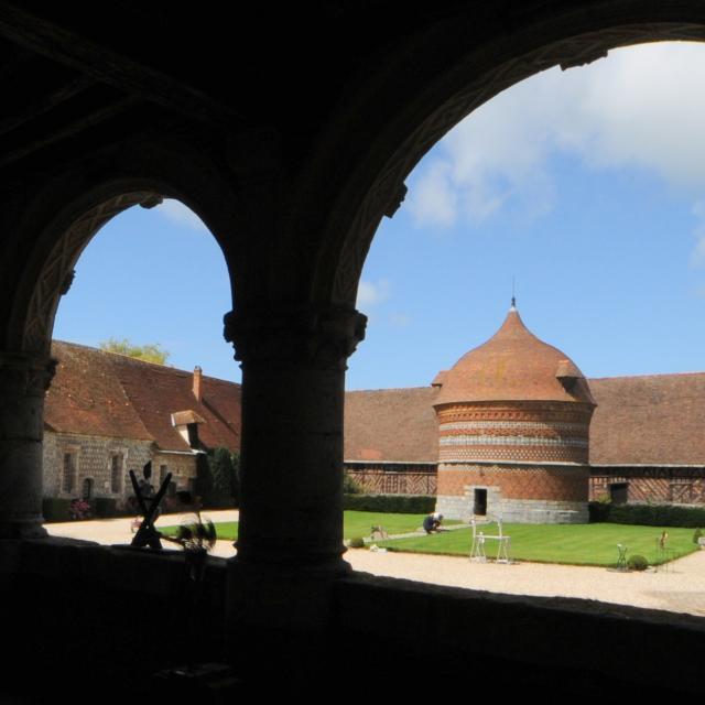 Vue sur le colombier du Manoir d'Ango depuis la loggia