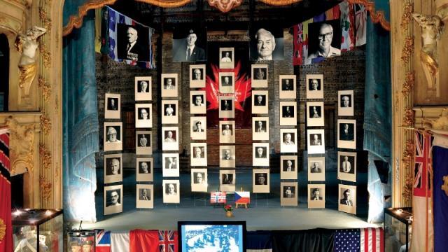 Portraits des vétérans installés en suspension sur la scène de l'ancien théâtre à l'italienne du Mémorial du 19 août 1942