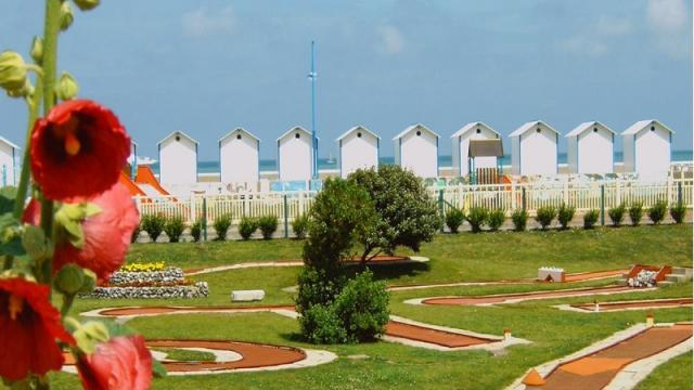 Mini-golf au bord de la plage de Pourville, cabines de plage en arrière-plan