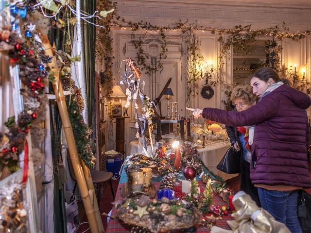 Stand de décoration dans l'un des salon du Château de Miromesnil, à l'occasion du marché de Noël