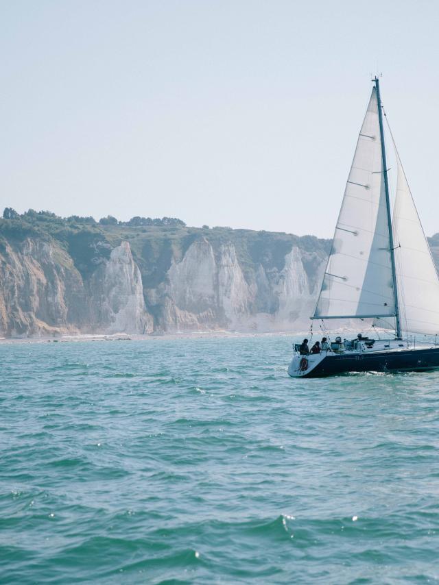 Voilier au large de Dieppe, falaises en arrière-plan