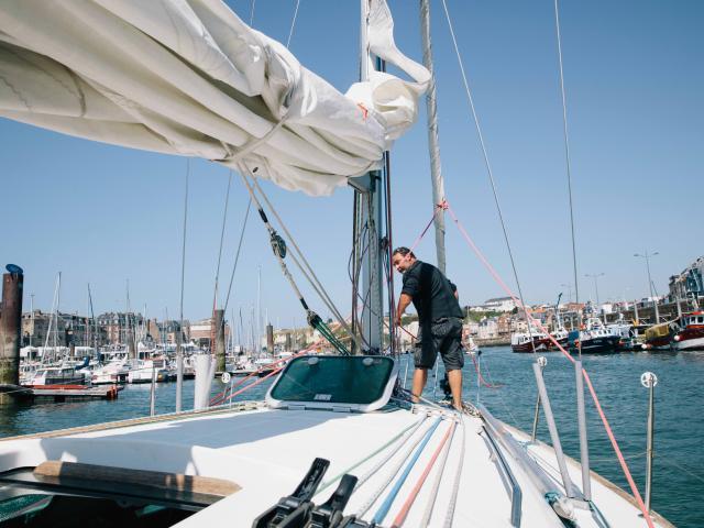 Moniteur prépaprant le départ d'un voilier dans le port de Dieppe