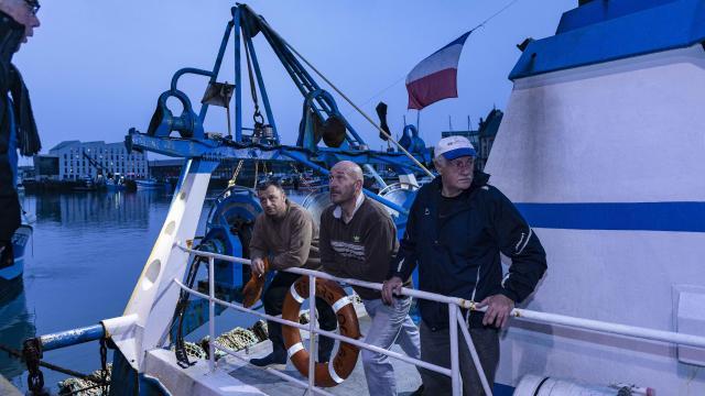 3 marins sur le pont d'un bateau de pêche dieppois