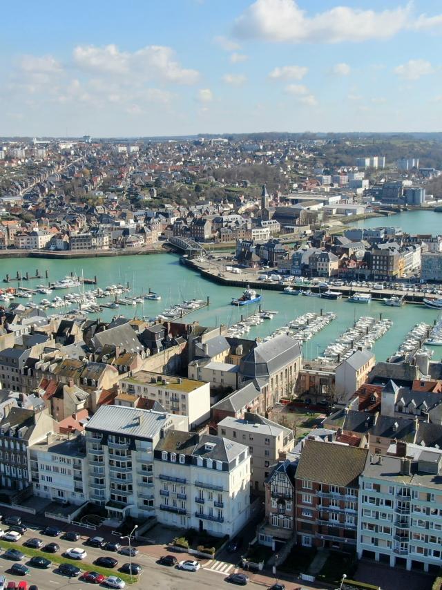 Vue aérienne sur le port de Dieppe, immeubles du front de mer, bassins de plaisance