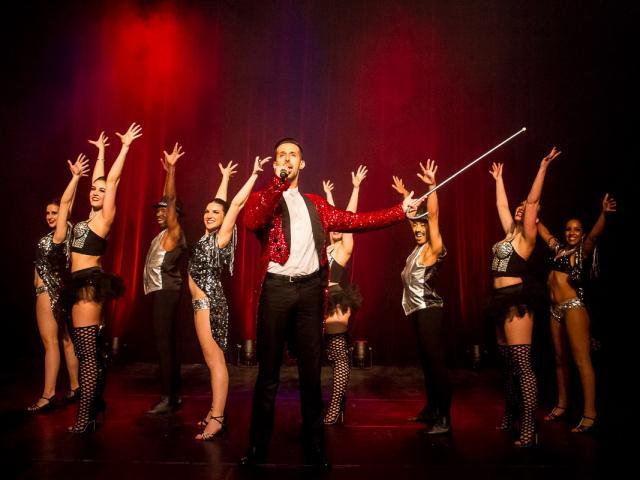 Troupe de danseurs et danseuses de cabaret