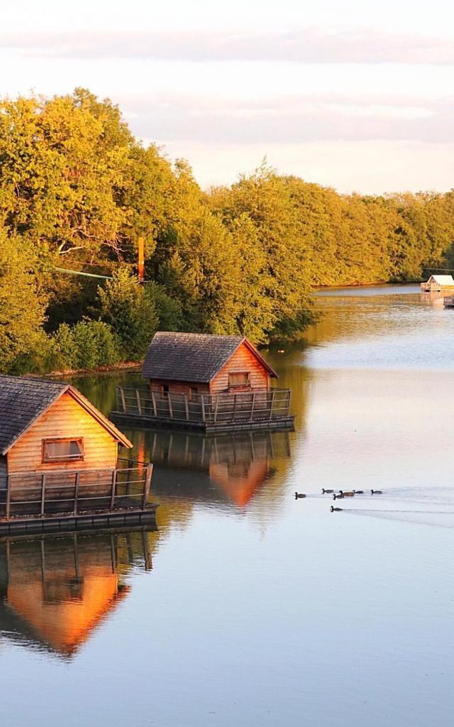 Hébergement insolite cabanes sur l'eau au Domaine de la Dombes
