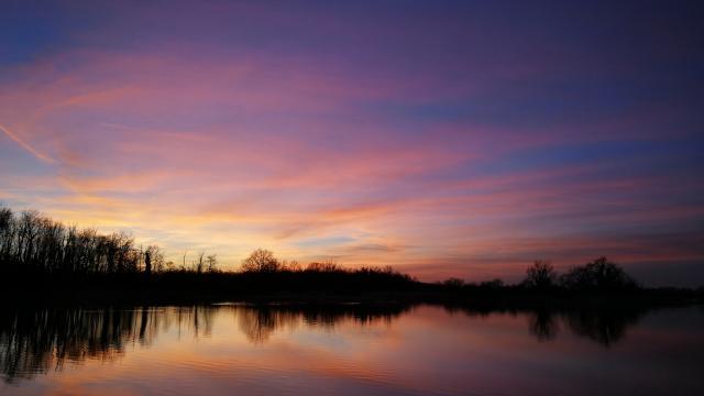 Coucher de soleil sur un étang à Bouligneux