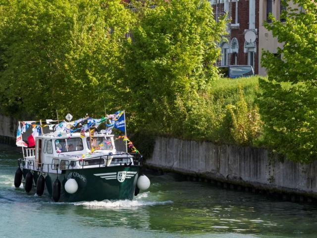 Bateau pavoisé Scarpe Pardon batellerie eau Douai Douaisis Nord France
