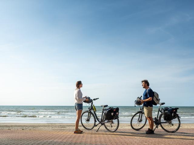 Cyclistes sur la digue de Bray-Dunes