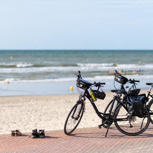 Deux vélos sur la digue de Bray-Dunes