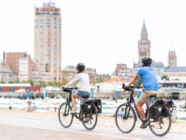 Cyclistes devant le port de plaisance de Dunkerque.