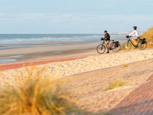 Cyclistes sur la digue de Leffrinckoucke