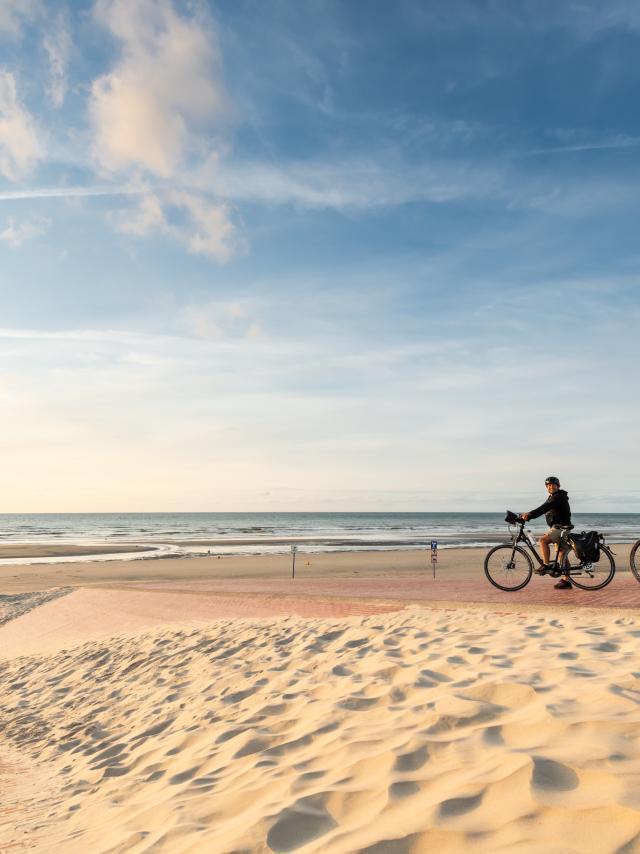 Cyclste sur la digue de Leffrinckoucke