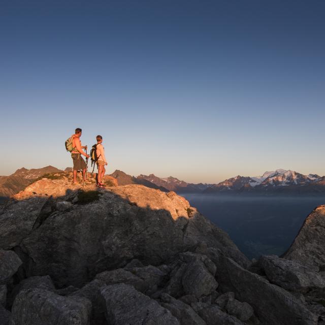 Coucher du soleil au sommet de la Pierre Avoi avec vue sur les Alpes