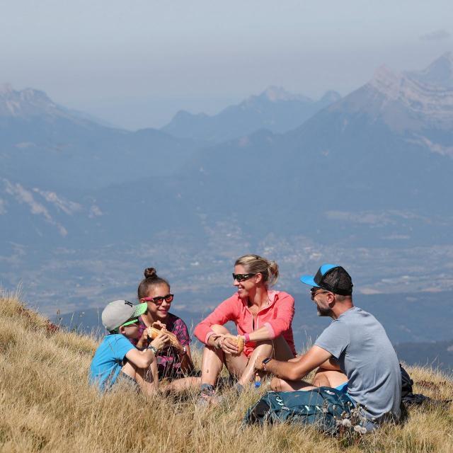 Pique-nique à la montagne en été