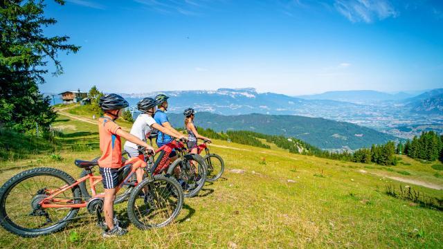 Famille en sortie vélo au Collet en été