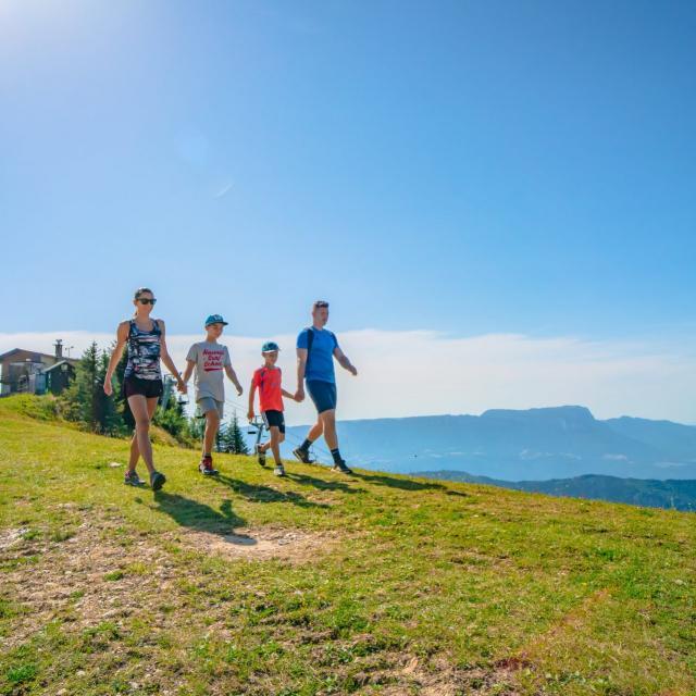 Balade en famille à la montagne en été