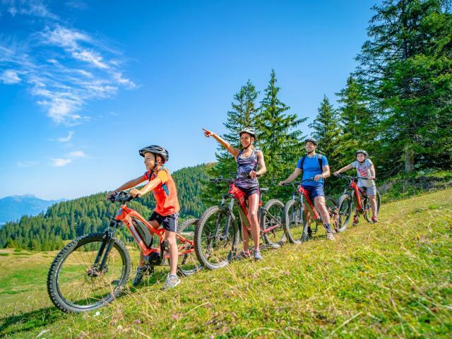 Famille en vélo au Collet en été