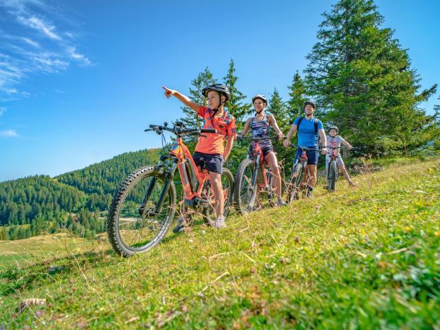 Balade en vélo en famille au Collet d'Allevard en été