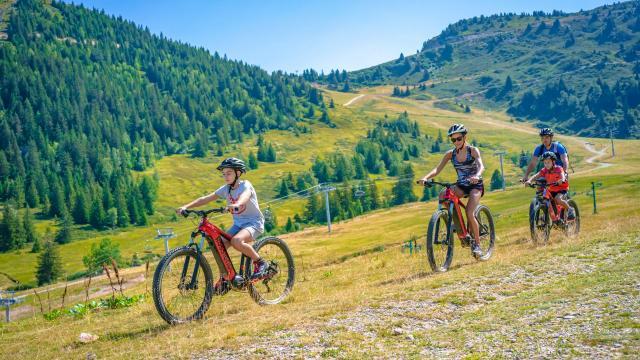 Sortie en vélo en famille au Collet en été