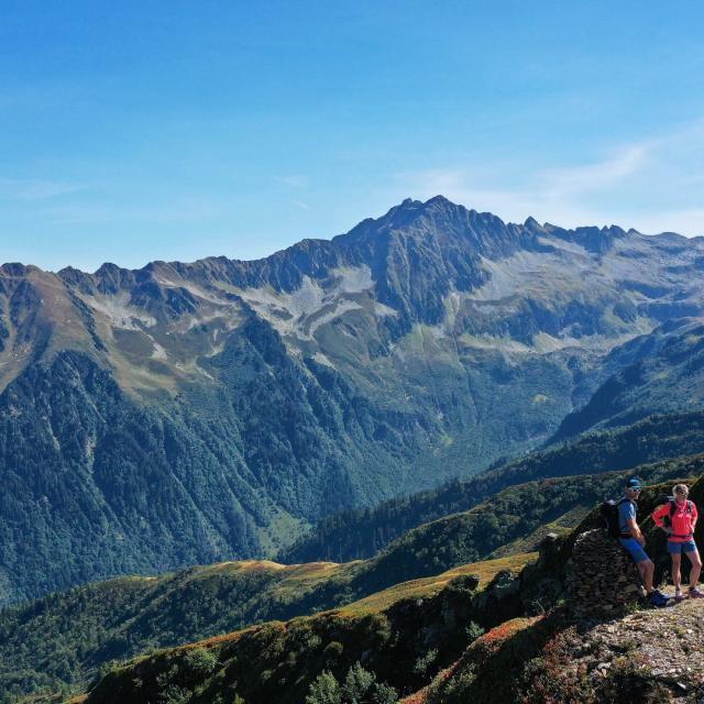Randonneurs devant les montagnes du Collet d'Allevard