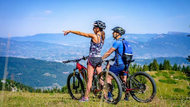 Couple en vélo électrique en montagne en été au Collet