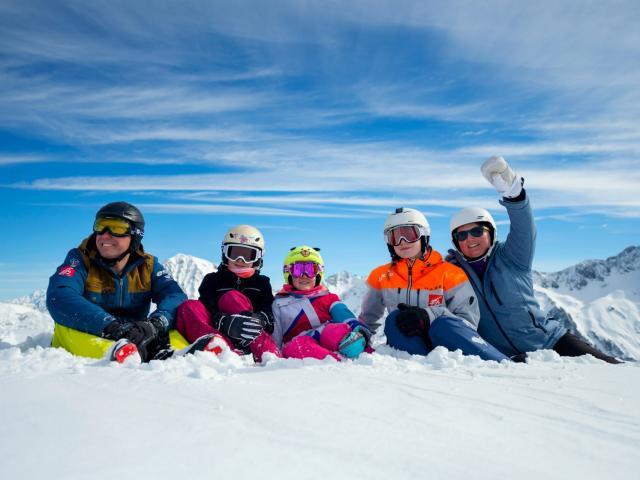 Famille au ski en hiver au Collet