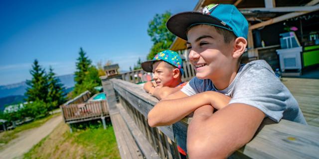 Enfants en terrasse de restaurant au Collet en été