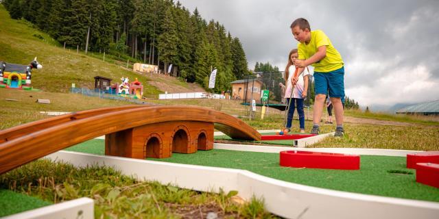 Mini-golf au Collet en été