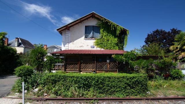 Maison au bord de la voie férrée à Cajarc
