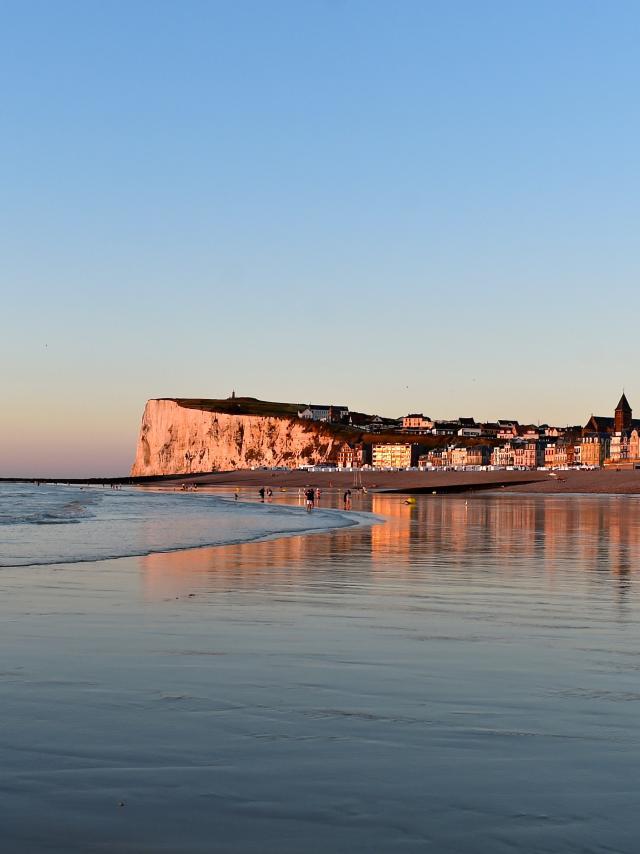Admirer le coucher du soleil depuis la plage