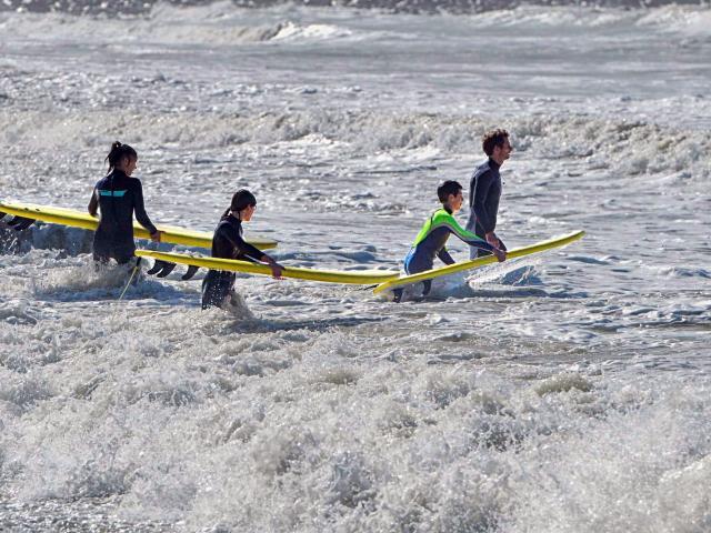 Les surfeurs rentrent dans l'eau à Mers