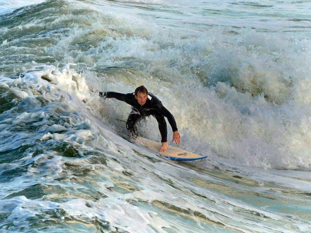 Surfeur sur la vague à Mers