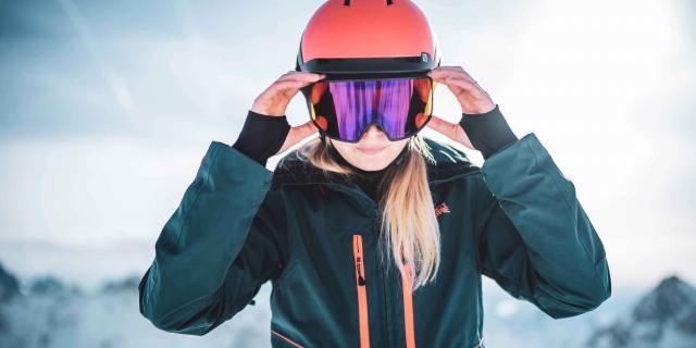 Skieuse sport d'hiver deux Alpes