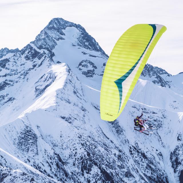 Vol en parapente biplace devant la Muzelle pendant l'hiver aux 2 Alpes