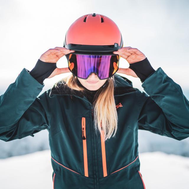 Portrait d'une skieuse au sommet de la station de ski des 2 Alpes