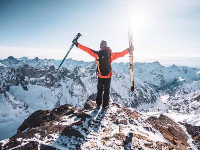 Skieur profitant du panorama depuis le sommet des 2 Alpes