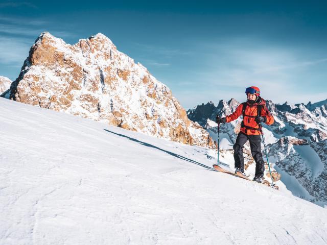Ski de randonnée sur le glacier des 2 Alpes avec vue sur le massif des Écrins