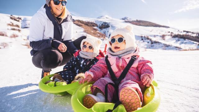 Journée luge en famille avec deux enfants sur le front de neige des 2 Alpes